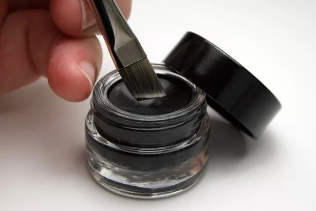como hacer delineador maquillaje diy